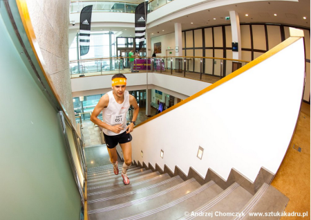 Piotr Lobodzinski in full flight at the Intercontinental Tower Run (©Andrzej Chomczyk - http://www.sztukakadru.pl/)